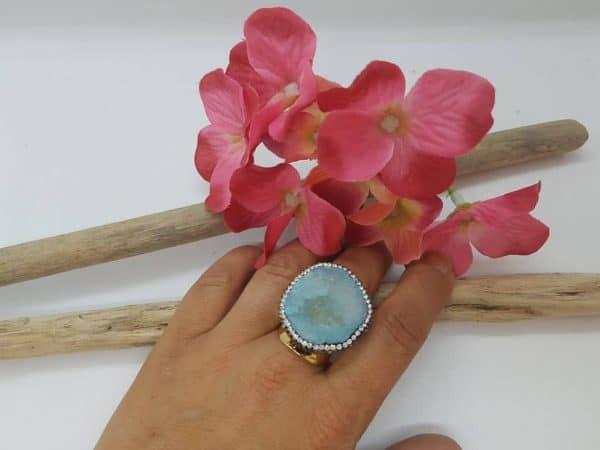 Bague fantaisie doré, véritable coeur d'agate de couleur bleu ciel, ornée de strass, pour un look chic et tendance ! Ajustable.