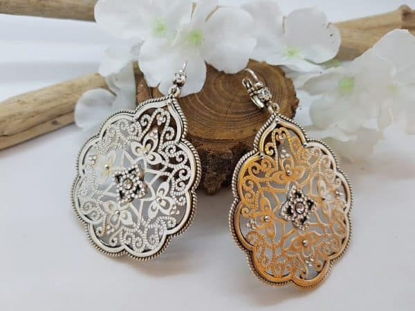 Boucles d'oreilles de la marque LUXY Bijoux, en métal argenté et strass, fermeture en dormeuses. Modèle dans un style hippie chic, très tendance !