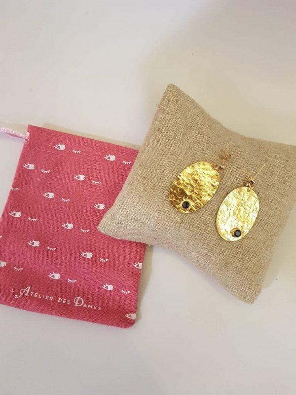 Boucles d'oreilles de la marque L'Atelier des Dames, doré à l'or fin et pierres semi-précieuses onyx noir. De forme ovale en plaqué-or martelé, d'une élégance certaine!
