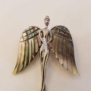 Broche femme avec ailes d'anges nacre
