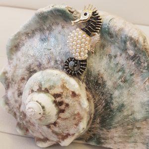 Broche hippocampe dorée avec perles nacrées