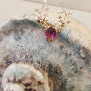 Broche modèle cerf cristal et perles