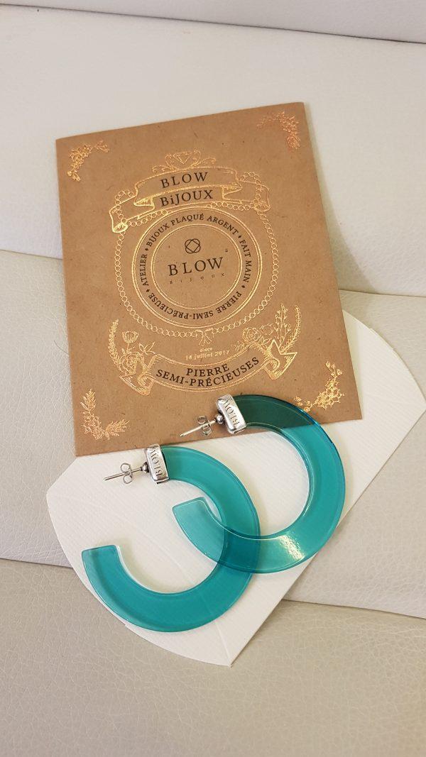 Créoles en plaqué argent 10 microns et résine transparente BLEU signées BLOW Bijoux. modèle : SIMONETA Dimension : 5 cm de diamètre.